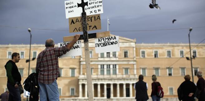 W czasie debaty i głosowania przed gmachem parlamentu w Atenach demonstrowało około 70 tys. ludzi; doszło do starć z policją.
