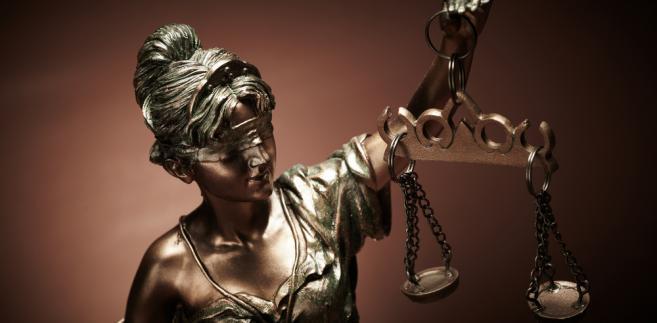 Art. 10 k.w. przewiduje, że jeżeli czyn jest jednocześnie wykroczeniem i przestępstwem, orzeka się karę za jedno i za drugie, natomiast wykonuje surowszą.