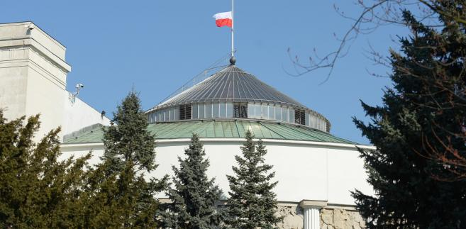 Opuszczona do połowy biało-czerwona flaga na budynku Sejmu, PAP/Marcin Obara