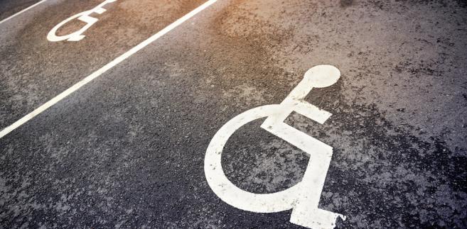 Ponadto skarżący wskazuje, że ujawnienie przyczyny uszczerbku na zdrowiu nie jest niezbędne dla zabezpieczenia interesów osoby niepełnosprawnej.