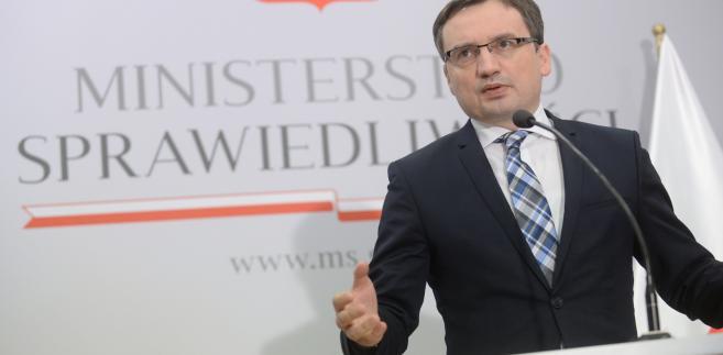Minister sprawiedliwości Zbigniew Ziobro podczas konferencji prasowej.