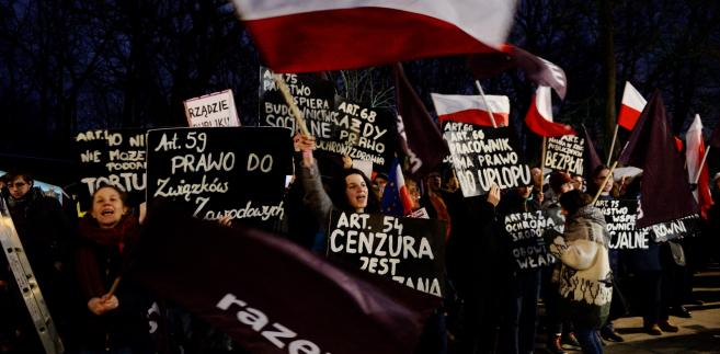 Protest przed KPRM zorganizowany przez Partię Razem