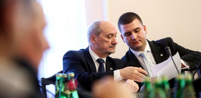 """W ocenie Siemoniaka szef MON cieszy się w polskiej polityce """"specjalnym statusem""""."""