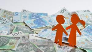500 złotych na dziecko, podobnie jak inne świadczenia rodzinne, wychowawcze czy zasiłki pielęgnacyjne bądź dla opiekunów są zwolnione z PIT