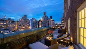 1. Apartament hotelu The Mark (Nowy Jork, USA) – 75,000 USD za nocWykończony w nowoczesnym stylu lokal zajmuje dwa ostatnie piętra hotelu The Mark, który znajduje się w nowojorskiej dzielnicy Upper East Side. Jest to największy (1,115 m.kw.) apartament hotelowy w USA, dysponujący biblioteką, ogromnym salonem który można błyskawicznie przekształcić na salę balową, oraz ogromnym tarasem (223 m.kw.) na dachu (z widokiem na Central Park). Zaprojektował go znany architekt i dekorator wnętrz Jacques Grange. Co ciekawe, goście dysponują prywatnym wejściem do sklepu Bergdorf Goodman, który jest tylko dla nich czynny 24 godziny na dobę. Na parterze hotelu The Mark znajduje się restauracja jednej z gwiazd światowej kuchni - Jean-Georges'a Vongerichtena.