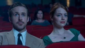 La La Land, reż. Damien Chazelle, polska premiera: 20 stycznia 2017Mia jest początkującą aktorką, która w oczekiwaniu na szansę pracuje jako kelnerka. Sebastian to muzyk jazzowy, który zamiast nagrywać płyty, gra do kotleta w podrzędnej knajpce. Gdy drogi tych dwojga przetną się, połączy ich wspólne pragnienie, by zacząć wreszcie robić to co kochają. Miłość dodaje im sił, ale gdy kariery zaczynają się wreszcie układać, coraz mniej jest czasu i sił dla siebie nawzajem. Czy uda im się ocalić uczucie, nie rezygnując z marzeń?[opis dystrybutora kino]