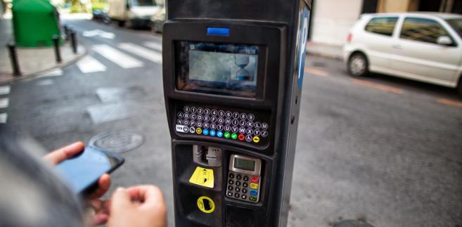 Sąd unieważnił fragment uchwały Rady Miasta Stołecznego Warszawy, który nakazuje osobom płacącym za parkowanie wpisywanie numerów rejestracyjnych aut w nowych typach urządzeń.
