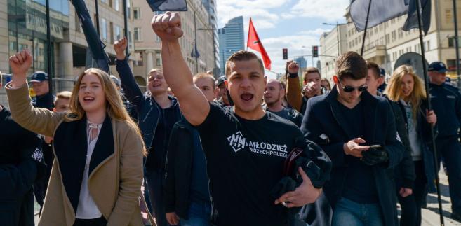 Rzecznik prasowy Młodzieży Wszechpolskiej Mateusz Pławski na czele Nacjonalistycznego Pochodu Pierwszomajowego w Warszawie.