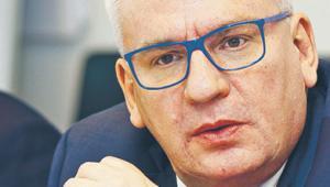Artur Klimczak prezesem Getin Noble Banku został na początku tego roku. Wcześniej sprawował funkcję wiceprezesa. Został ściągnięty w celu przekształcenia GNB w liczący się na rynku bank uniwersalny. Wcześniej udało mu się to w Banku Millennium, który również był zaangażowany na dużą skalę w kredyty frankowe, a także opcje walutowe. Karierę w bankowości rozpoczął na początku lat 90. w Citibanku w USA. Fan Bayernu Monachium (był nim, zanim zaczął tam grać Robert Lewandowski).