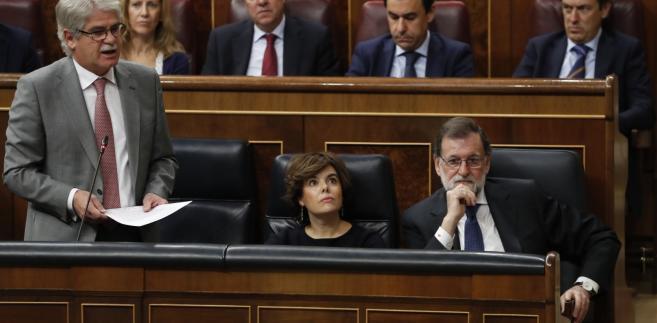Minister spraw zagranicznych Hiszpanii Alfonso Dastis (po lewej) przemawia w parlamencie Hiszpanii podczas debaty nad art.155 konstytucji. Z prawej strony szef rządu Mariano Rajoy