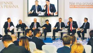 Od lewej: Marek Tejchman, z-ca redaktora naczelnego DGP, prof. Andrzej Koźmiński, prezes Akademii Leona Koźmińskiego, Paweł Durjasz, główny ekonomista PZU, Patrycja Klarecka, prezes PARP, Mirosław Bendzera, prezes zarządu Famur SA, Marcin Chludziński, prezes ARP, dr Mariusz Cholewa, prezes BIK