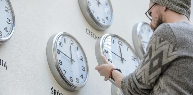 O ustaleniach dotyczących czasu letniego mówi unijna dyrektywa z 2001 r.