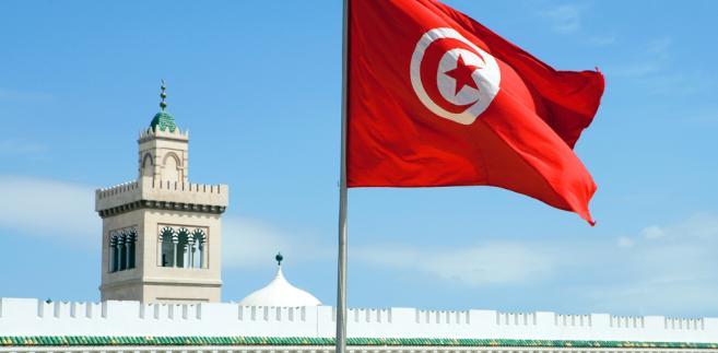 Jeden z policjantów trafił do szpitala, gdyż został ugodzony w szyję, drugi został tylko lekko ranny - głosi oświadczenie MSW Tunezji.