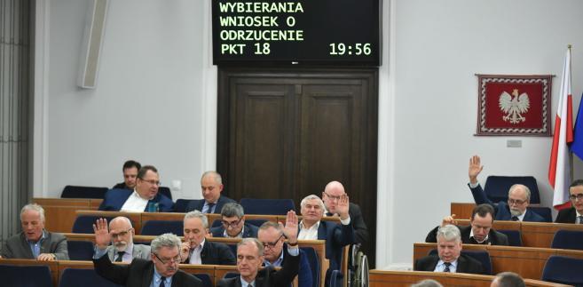 Za przyjęciem noweli wraz z poprawkami głosowało 60 senatorów, przeciw było 21, a jeden wstrzymał się od głosu.