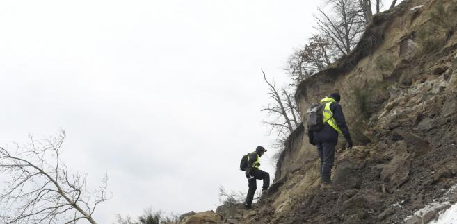 Jak poinformował PAP Gil, ziemia osunęła się z 40-metrowego odcinka