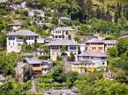 """Gjirokastra<br><br>Miasto wpisane na listę światowego dziedzictwa kulturowego leży na południu Albanii. UNESCO doceniło jego wyjątkowy styl architektoniczny, czyli małe kamienne domy zaprojektowane na wzór zamków, charakterystyczne dla bałkańskiej architektury okresu osmańskiego.Pełnowymiarowy zamek, który również tu znajdziemy, okryty jest niezbyt dobrą sławą. Wszystko dlatego, że w czasach komunizmu mieściło się tam więzienie dla tych, którzy przeciwstawiali się władzy. Obecnie jest w nim jednak wiele rzeczy wartych obejrzenia, m.in. niesamowita zbrojownia, a także odrzutowiec US Air Force zestrzelony przez komunistów.Gjirokastra ma wiele atrakcji kulturalnych – do zobaczenia są muzea (na muzea przekształcono, m.in. domy światowej sławy pisarza Ismaila Kadare i byłego dyktatora Albanii Envera Hodży), teatry i miejsca kultu religijnego, a dodatkowo co pięć lat obchodzony jest tutaj krajowy festiwal folklorystyczny – ostatni odbył się w 2015 roku. Będąc tu, koniecznie trzeba też udać się na stary osmański bazar.<br><br>Źródło: <a href=""""https://r.pl/albania"""">r.pl/albania</a>"""