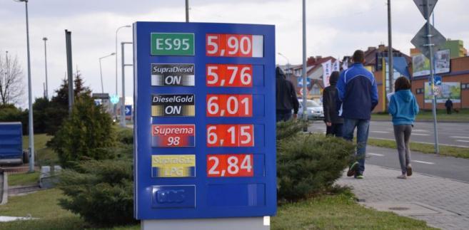 Paliwa na stacjach mogą nadal tanieć, ale obniżki cen będą nieznaczne - prognozują analitycy rynku paliwowego.