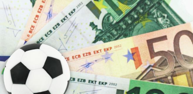 Nawet o kilkaset procent wzrosły ceny biletów lotniczych i hoteli do francuskich miast, w których biało-czerwoni rozegrają swoje mecze podczas przyszłorocznych mistrzostw Europy w piłce nożnej.