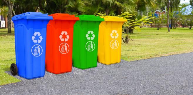 To rewolucja. Tak mówią ludzie z branży. Dotychczas to właściciele nieruchomości odpowiadali za wywóz śmieci. Zmieniła to obowiązująca od lipca ustawa, która ten obowiązek przeniosła na gminy.