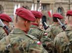 <b>Żołnierze z przywilejami jak policjanci</b> <br> <br> Także żołnierzom przysługuje wcześniejsza emerytura, na którą można przejść po 15 latach służby, dodatkowa pensja wypłacana raz w roku (tzw. trzynastka), dodatki do pensji - za długoletnią służbę i służbę w trudnych warunkach, nagrody jubileuszowe oraz odprawa po odejściu ze służby. <br> <br> Dodatkowo mundurowym  przysługują zniżki na bilety kolejowe - w wysokości 78 proc. żołnierzom odbywającym niezawodową służbę wojskową, a funkcjonariusze Straży Granicznej, służby celnej, umundurowani funkcjonariusze policji, żołnierze Żandarmerii Wojskowej oraz wojskowych organów porządkowych mają zagwarantowane przejazdy koleją za darmo.
