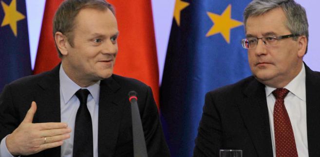 Bronisław Komorowski i Donald Tusk na posiedzeniu Rady Gabinetowej ws. euro