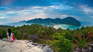 Z najwyższego punktu wyspy Phi Phi Don, rozciąga się przepiękna panorama na dwie zatoki