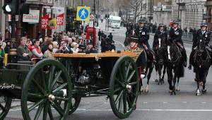 Trumna z ciałem byłej premier na lawecie armatniej.