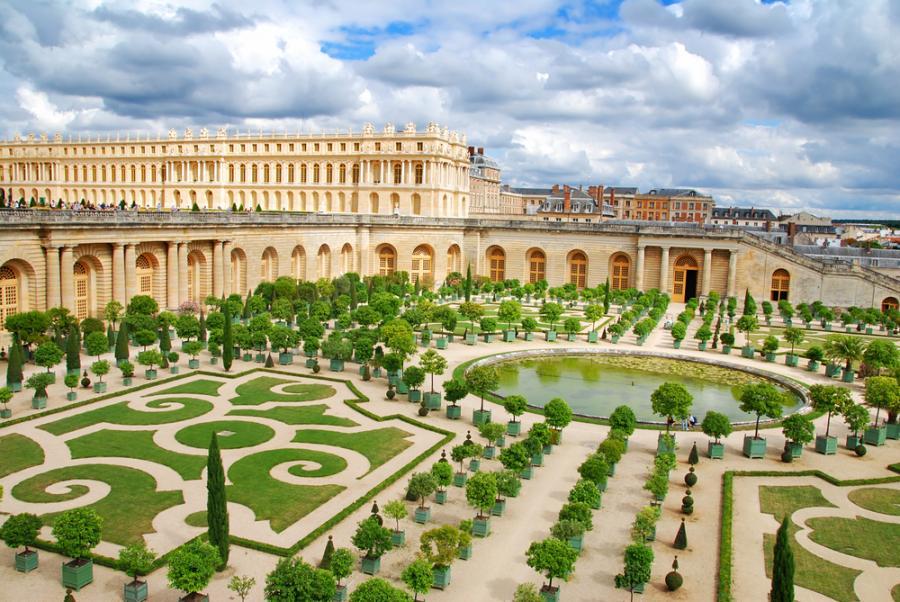 Pałac w Wersalu - budowę Wersalu rozpoczęto w roku 1668. Znajduje się pod Paryżem i słynie z zespołu pałacowego, miejsca rezydencji królów francuskich od 1682 roku. Pałac wersalski, rozbudowany z rozmachem za Ludwika XIV, wraz z kompleksem ogrodowo-parkowym jest najwspanialszym dziełem francuskiego klasycyzmu i baroku