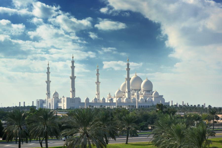 Meczet Szejka Zayeda w Abu Zabi. Jest to najwiekszy w Emiratach Arabskich meczet, który jest w stanie pomieścić nawet 40 tys. wiernych.