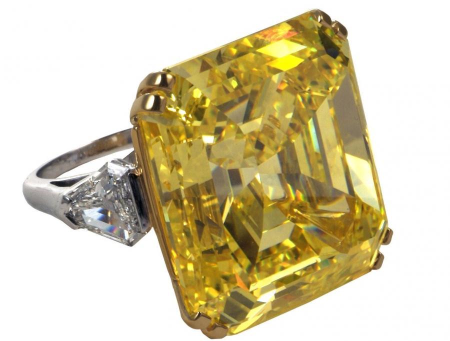 Pierścionek z brylantem. W drugiej połowie zeszłego roku ceny diamentów poszły w górę.
