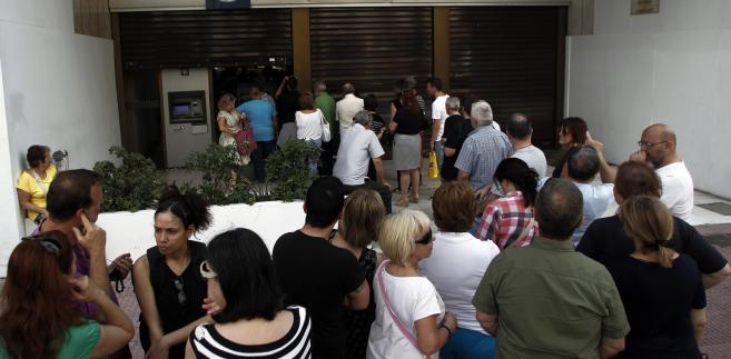 Grecy wybierają pieniądze z bankomatów