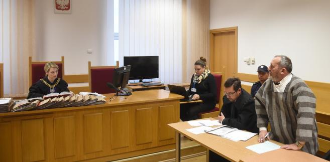 Zygmunt Miernik (P) na sali Sądu Rejonowego w Warszawie, z lewej sędzia Joanna Dryl.