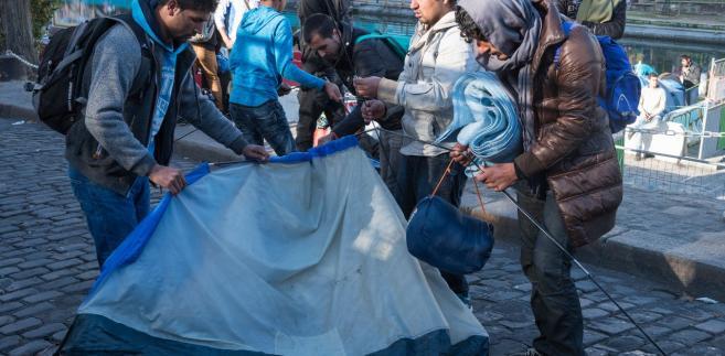 Według wersji podanej przez samych zainteresowanych próbowali oni złożyć wniosek o udzielenie im ochrony międzynarodowej oraz prosili o kontakt z wysokim komisarzem Narodów Zjednoczonych ds. Uchodźców i z prawnikiem, ale ich prośby zostały zignorowane.