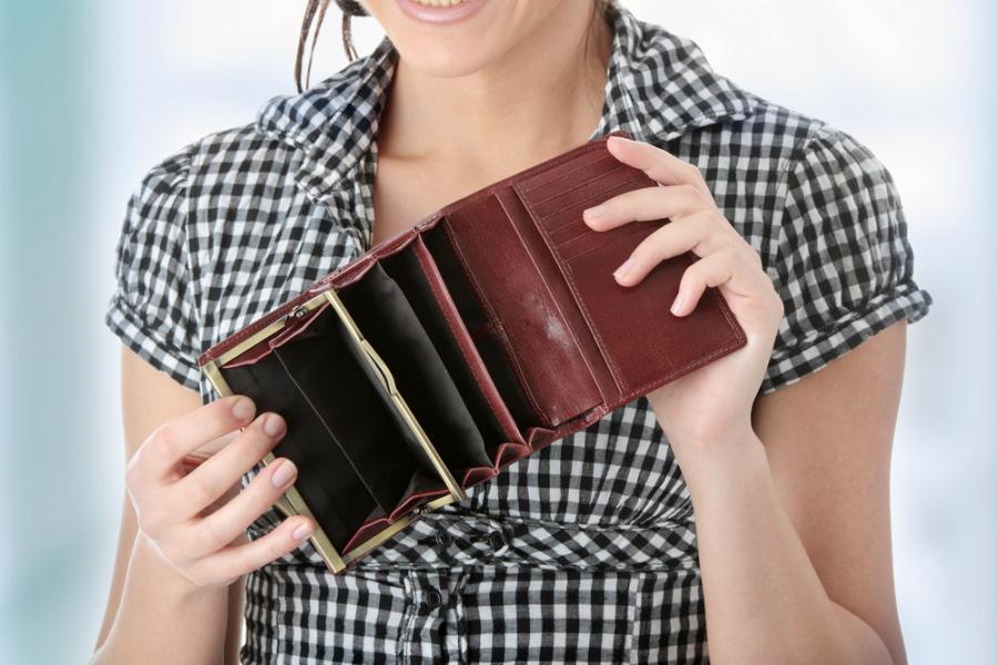KObieta z pustym portfelem, zdj. shutterstock