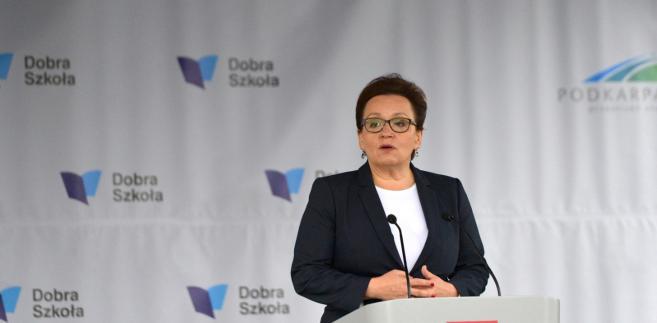 """""""Dyrektorzy szkół i samorządowcy mają obowiązek zgłaszania do kuratora wolnych miejsc pracy w szkołach, w tej chwili w tej bazie jest jeszcze 8 tys. wolnych miejsc pracy"""" - powiedziała Zalewska."""