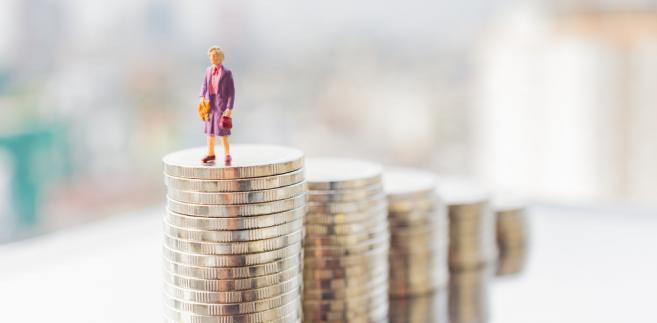 Warto też zwrócić uwagę na medianę emerytur wypłacanych z ZUS. W 2016 r. wynosiła ona jedynie 1834,40 zł brutto,