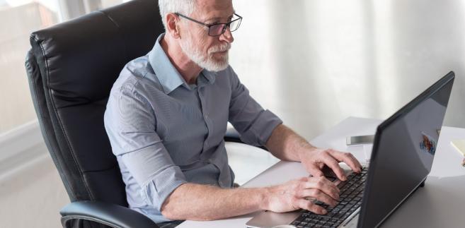W przypadku pracowników powyżej 50. roku życia, pracodawca wypłaca wynagrodzenie chorobowe tylko przez 14 dni niezdolności do pracy.