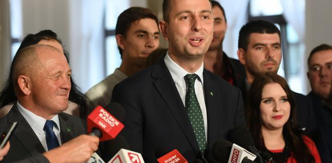 """""""Nikt nie zlikwiduje 500 plus i ja oczekuję od innych partii opozycyjnych, że ten sam cyrograf, który ja dzisiaj chcę razem z wami podpisać, podpiszą i zagwarantują na stałe. Żeby już nie straszyć"""" - mówił Kosiniak-Kamysz."""