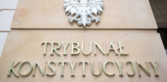 W skardze do TK skarżąca zarzuciła, że art. 77 u.k.w.ih. narusza konstytucyjną zasadę ochrony prawa własności (art. 64 ust. 2 konstytucji), ponieważ umożliwia prowadzenie egzekucji z nieruchomości, chociaż wierzyciel nie podjął w odpowiednim terminie działań zmierzających do wyegzekwowania przysługujących mu roszczeń