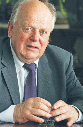 Stanisłau Szuszkiewicz, w latach 1991–1994 pierwszy przywódca niepodległej Białorusi, w latach 1969–1986 kierownik katedry fizyki Białoruskiego Uniwersytetu Państwowego (BDU), w latach 1986–1990 prorektor BDU