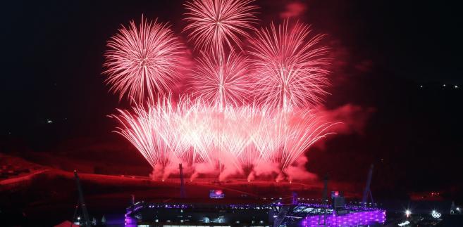 Fajerwerki nad stadionem olimpijskim podczas ceremonii zamknięcia igrzysk