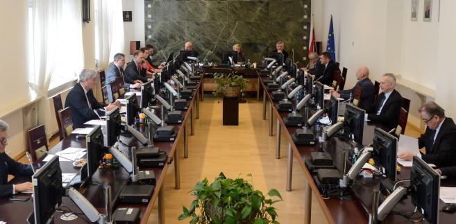 Zgodnie z nowelizacją ustawy o KRS, która weszła w życie w połowie stycznia, wprowadzony został wybór 15 członków KRS-sędziów na wspólną czteroletnią kadencję przez Sejm - wcześniej wybierały ich środowiska sędziowskie.