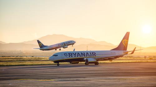 Ryanair planuje zatrudnić 200 członków załóg pokładowych do swoich baz w Polsce, podał przewoźnik.
