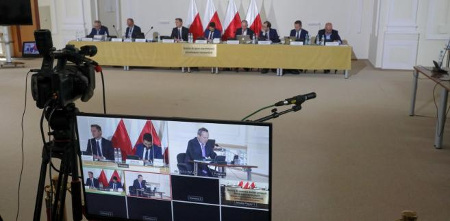 Przed komisją zeznawała m.in. referent sprawy Agata Szpakowska-Ignaczak; mówiła, że przełożeni wydali jej polecenie, żeby przygotować decyzję o zwrocie i podpisać się pod nią, chociaż uważała, że nie powinna być na tamtym etapie postępowania wydana pozytywna decyzja zwrotowa.