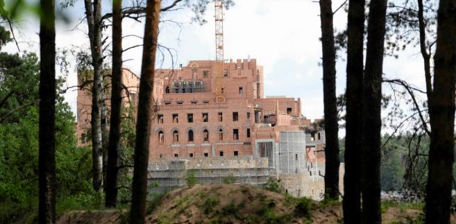 """Kowalczyk zaznaczył, że wie """"po pierwszym rozpoznaniu dokumentacji"""", że budowa w Puszczy Noteckiej została potraktowana jako inwestycja mieszkaniowa, """"czyli jako budynek mieszkalny, więc on zupełnie podlega innym rygorom""""."""