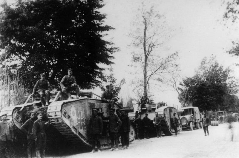 I wojna światowa - II bitwa nad Marną w 1918 r. Przechwycone brytyjskie czołgi Mark IV, wykorzystywane przez żołnierzy niemieckich. Fot. Bundesarchiv, Bild 183-R28717 / CC-BY-SA 3.0