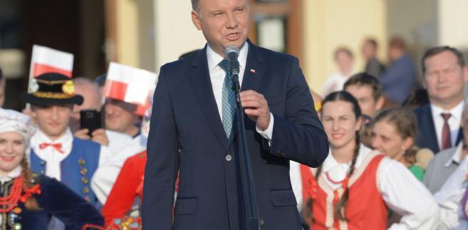 """""""Pan prezydent nie rozumie tego, jakie szkody przynoszą takie zdania, jakie straty (przynoszą) dla polskiego wizerunku, dla reputacji, dla polskiej pozycji"""" - dodał."""