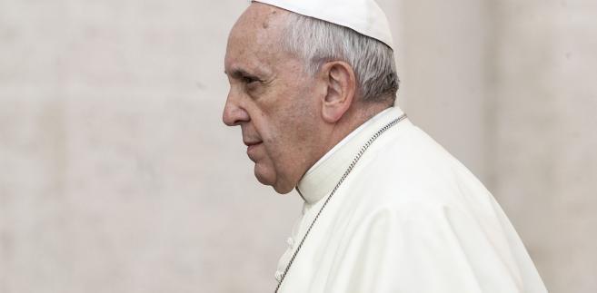 """W wywiadzie-rzece papież ponownie skrytykował klerykalizm i ocenił, że można dostrzec go na przykład u osób, które """"mają muchy w nosie""""."""