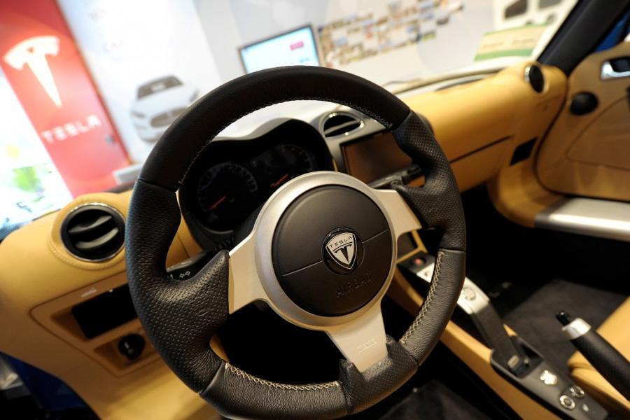 Wnetrze samochodu Tesli Model X, prezentowanego w salonie Tesla Motors w San Jose w Kalifornii. Tesla Motors planuje sprzedaż Modelu X, sportowego samochodu zasilanego energią elektryczną, już w 2013 roku. Fot. David Paul Morris/Bloomberg