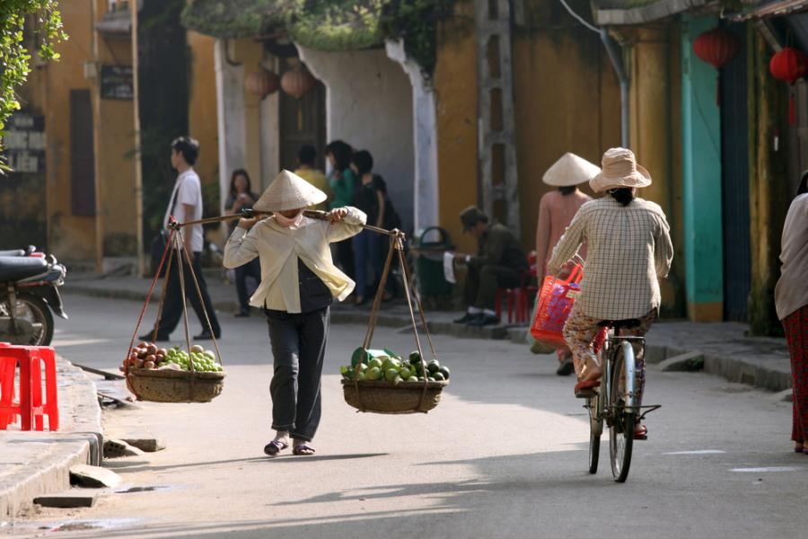 Będąc w Sajgonie (Ho Chi Minh City) warto spróbować takich potraw jak np. Bo La Lot, czyli przyprawionej wołowiny, która jest podawana w liściu. Jedyną przestrogą dla turystów, którą podaje portal VirtualTourist jest wybieranie, takich ulicznych straganów z jedzeniem, które są popularne i tłoczne – miejscowi zawsze wiedzą, gdzie zjedzą najlepiej.